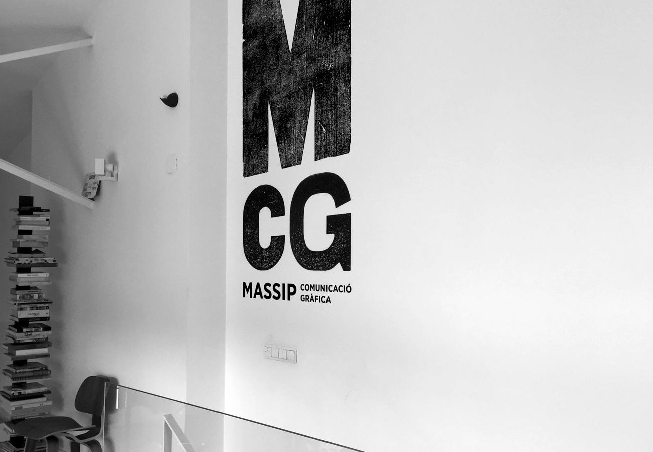 aplicació de marca a paret d'oficina